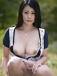 Mature and sexy Japanese av idol Nana Aida shows her perfect body outdoors